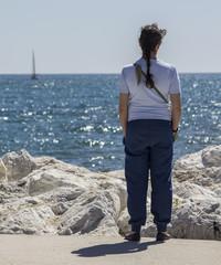 Chica en la costa mirando al mar
