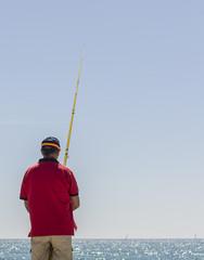 Hombre pescando en la costa