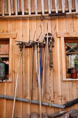 Holzschuppen mit Werkzeugen