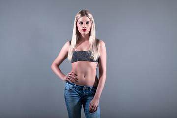 Junge hübsche blonde Frau im Fotostudio posiert