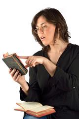 donna che legge mezzo busto