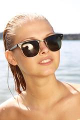 Hübsche Blondine im See