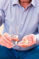 Senior nimmt zuhause Überdosis Pillen