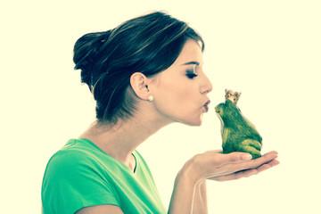 Junges verliebtes Mädchen küsst einen Frosch - Froschkönig