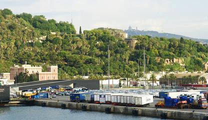 Panorámica de un muelle de carga en el puerto de Barcelona