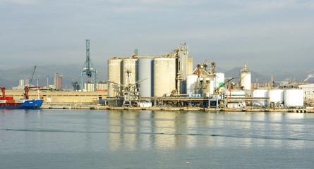 Panorámica de los muelles y silos en el puerto de Barcelona