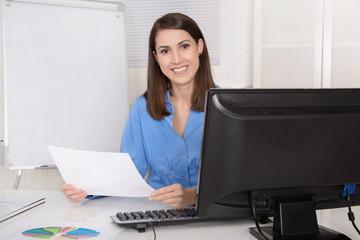 Portrait: Attraktive junge Geschäftsfrau sitzend im Büro