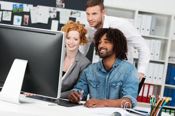 kreatives team schaut auf bildschirm