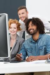junges team schaut auf computer-monitor