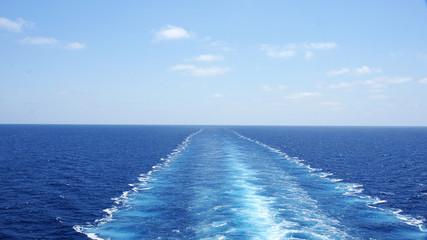 Estela de un trasatlántico en el mar