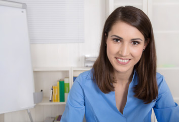 Portrait einer attraktiven lachenden Geschäftsfrau