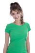 Hübesche junge Frau mit Shirt in Grün freigestellt.