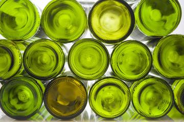 Weinflaschen vor weißem Hintergrund