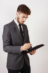 Hombre joven posando sereno concentrado en un trabajo
