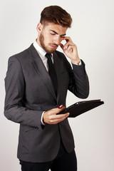 Hombre joven concentrado en los negocios