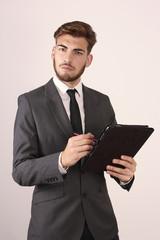 Hombre de negocios con un ordenador portatil