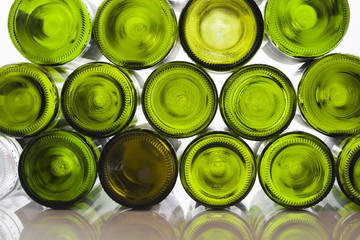 Weinflaschen vor weißem Hintergrund auf weißem Tisch