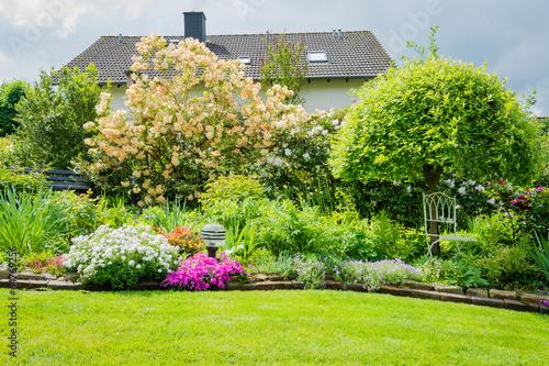 Foto op Canvas Tuin Schöner Garten im Sonnenlicht