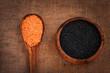 Черная и красная чечевица в деревянной посуде