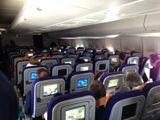 passagiere in einer kabine im flugzeug