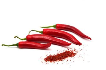 Rote Chilis mit Chiliflocken