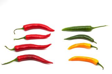 Bunte Chilis in Reihe