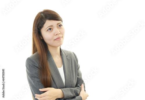 不満な表情の女性