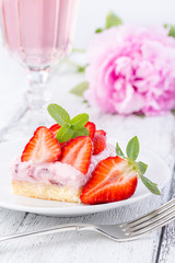 Strawberry cake with rose wine or pink lemonade.