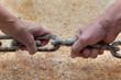 Mani sulla catena