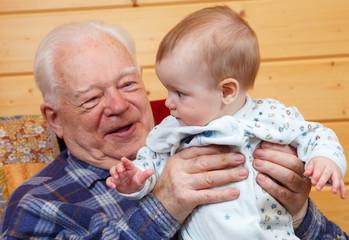 Пожилой мужчина с грудничком на руках