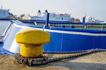 Hafenpoller mit Fähre in Swinemünde, Polen