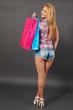 Attraktive junge Frau mit Einkaufstaschen blickt zurück