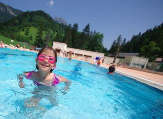 fillette à la piscine - saint pierre de chartreuse
