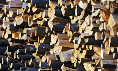 Frischer Stapel Brennholz