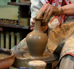 Руки мастера лепят гончарное изделие