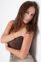 Sensuel et glamour modèle féminin posant