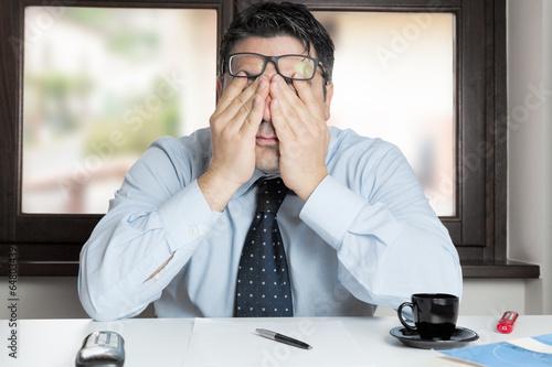 Uomo in ufficio disperato - 64803439