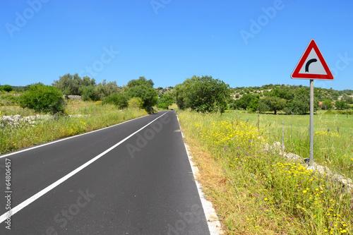 Strada con segnaletica stradale - curva a destra