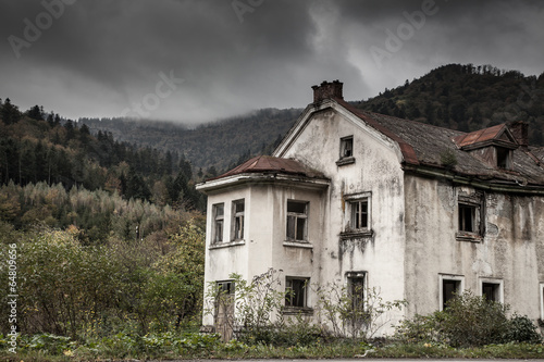 Fotobehang Rudnes Creepy old house