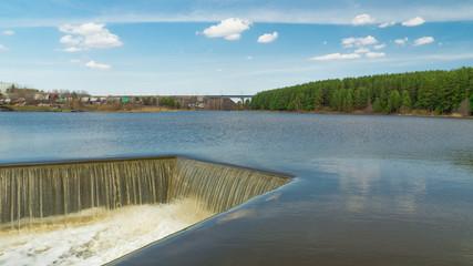 водоем с дамбой и водопадом