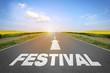 Straße mit dem Wort Festival