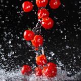 Pomidorki cherry w kroplach wody
