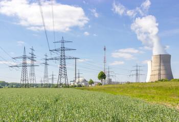 Atomkraftwerk mit Strommasten