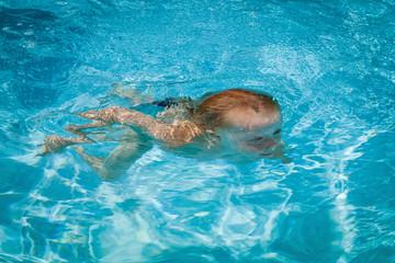 Kind taucht im Pool