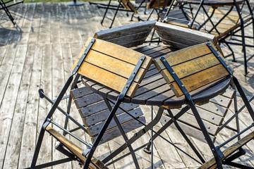 Biergarten mit Holzstühlen