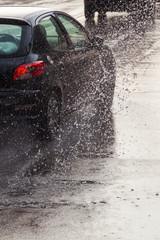 Straßenverkehr bei Starkregen