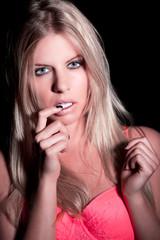 Junge sexy Frau mit BH blickt sinnlich