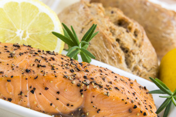 spicy smoked salmon with lemon, rosmarin and bread bun