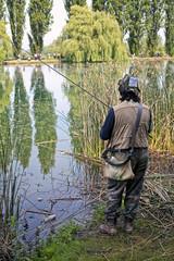 concorrente in una gara di pesca