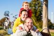 Familie beim Ausflug mit dem Fahrrad im Park